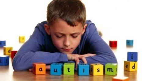 Autismo infantile, come riconoscerlo e i primi sintomi