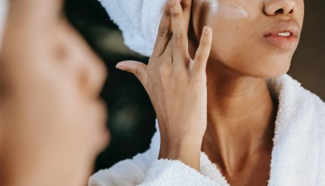 7 Suggerimenti per l'Idratazione della Pelle affinché Appaia più Giovane
