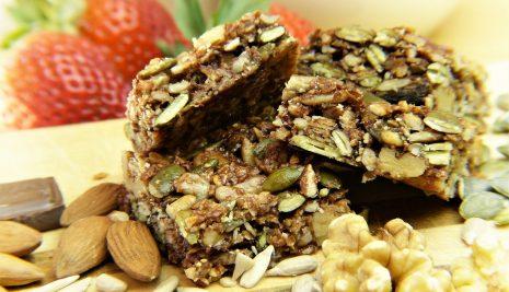 Come preparare delle barrette proteiche fatte in casa e con poche calorie