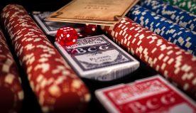 """Regole e varianti del blackjack: come si gioca a """"21"""""""